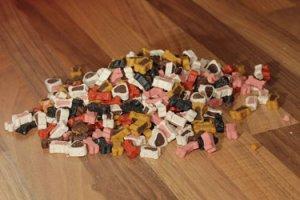 Kunterbunte Auswahl an Hundefutter – viele Sorten sind für Hunde eher ungeeignet. Foto: Maialisa /pixabay